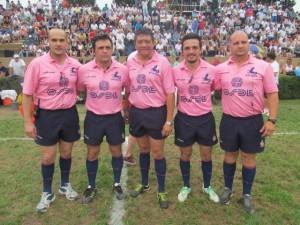 El Juez del partido, Carlos Alberto Pinto, junto a sus colaboradores
