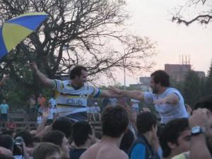 Ya finalizó el partido y los jugadores del campeón dan riendas sueltos a a los festejos