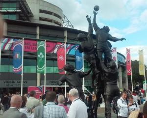 El monumento al rugby preside y convoca ej las adyacensias del estadio
