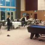 Los empleados del hotel, preparando todo para la cena del plantel