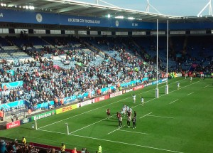 El triunfo de los Pumas se consumo y los jugadores saludan a los hinchas.