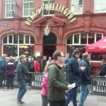 Una de las tradicionales tabernas galesas convoca a a los fans desde temprano.