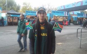 El flaco confiado y ataviado con sus banderas el fans de los Springboks.