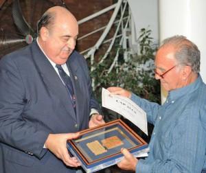 Luis Brandán recibiendo el CAP de la URT. Foto: E.Galindez/Archivo La Gaceta