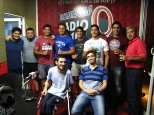 El equipo casi completo de Rugby Tucumano Radio junto a los juveniles campeones.
