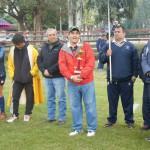 El director de deportes de la Municipalidad, Horacio Gambarte, entregó el trofeo a las campeonas.