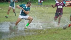 Inundada. La cancha no absorvió el agua y era peligroso para los jugadores. Se postergó para noviembre el Seven.