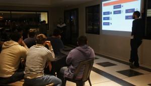 Atentos. En la primera reunión, los jugadores escuchan lo que los entrenadores pretenden para esta temporada. (Foto: URT)