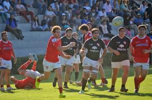 Marcos Intile abre el juego para sus tres cuartos en un pasaje del partido jugador en la Rotonda de Limache (Foto: Horacio Cortes)