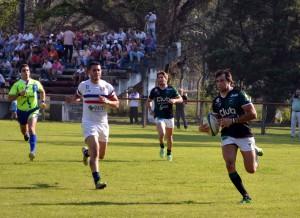 Nicolás Fortino se dirige al try. Tucumán Rugby sigue líder e invicto. (Foto Fede Esósit)