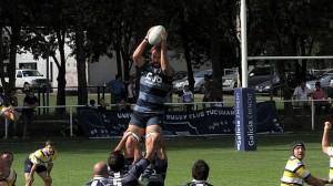 Alvaro Galindo gana en lo alto con facilidad. Gran triunfo de Universitario (Foto Rugby Tucumano)