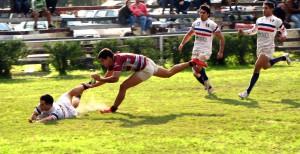 Rivadeneira se zambulle al try. Natación tuvo convicción en ataque y en defensa.