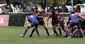 Germán rodríguez se levanta del scrum con la presión encima (Foto: Rugby Tucumano)