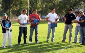 Gauna, Macome, Farías y Guzmán recibiendo las plaquetas.