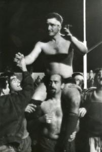 El Mocho llevado en andas en su partido despedida del seleccionado tucumano. (Foto: Archivo La Gaceta)