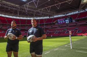El tucumano Lucas Noguera y el hombre de Newman, Julián Montoya, en el estadio de Wembley. (Foto: UAR)