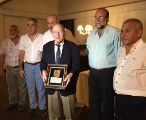 Angel Guastella recibe la distinción del CAP. (Foto: URT)