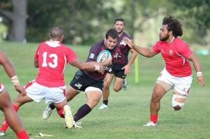 El tucumano Santiago Iglesias Valdez encara la marca de Tonga. (Foto: UAR)