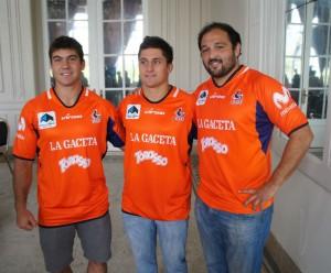 Con la nueva indumentaria, Javier Rojas, Mariano Centurión y Diego Vidal. (Foto: URT)