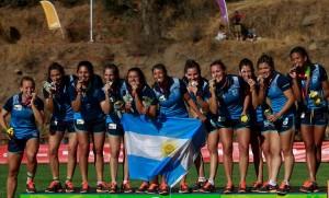La plata es nuestro! Las chicas disfrutaron de lograr el objetivo.