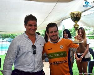Benjamín Sánchez sostiene la copa que Lawn Tennis ganó en Salta. (Foto: J. Skaf)